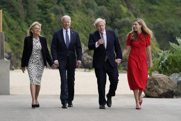 Vợ chồng ông Biden tặng xe đạp, mang tình yêu tới Anh - Ảnh 1.