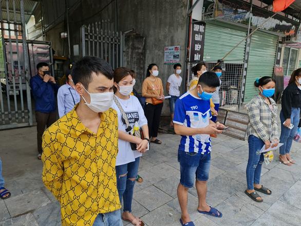 Công nhân Bắc Giang sốt ruột chờ về quê - Ảnh 2.