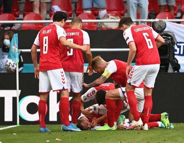 Eriksen mở mắt khi rời sân, UEFA xác nhận cầu thủ này đã ổn định - Ảnh 1.