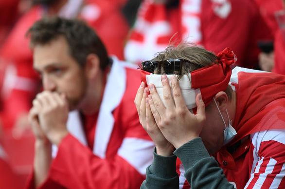Eriksen mở mắt khi rời sân, UEFA xác nhận cầu thủ này đã ổn định - Ảnh 2.