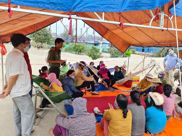 Chịu không nổi ô nhiễm, người dân chặn Khu liên hợp sản xuất gang thép Hòa Phát Dung Quất - Ảnh 1.