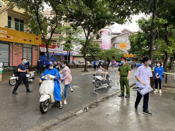 Sáng 12-6, thí sinh Hà Nội làm bài thi ngữ văn, ngoại ngữ, xem lời giải trên Tuổi Trẻ Online - Ảnh 2.