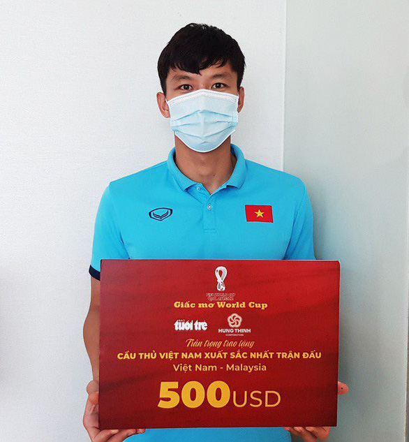 Trao danh hiệu cầu thủ xuất sắc nhất trận đấu Việt Nam - Malaysia cho Quế Ngọc Hải tại UAE - Ảnh 1.