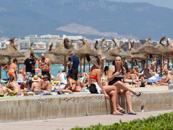 Khách ùn ùn trở lại, mùa du lịch hè ở châu Âu bắt đầu nóng lên - Ảnh 5.