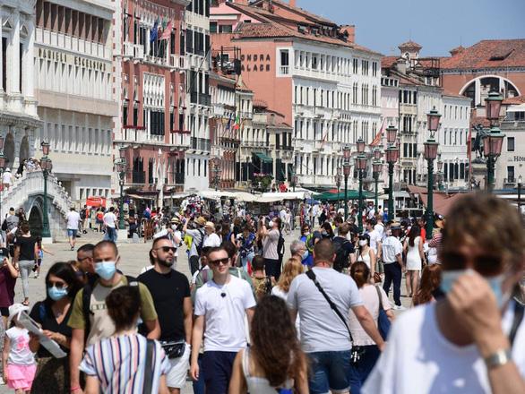Khách ùn ùn trở lại, mùa du lịch hè ở châu Âu bắt đầu nóng lên - Ảnh 3.