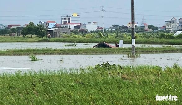 Lốc xoáy, hàng loạt nhà cửa tại Thái Bình tốc mái, cấp tốc ứng phó bão trước 18h chiều nay - Ảnh 2.
