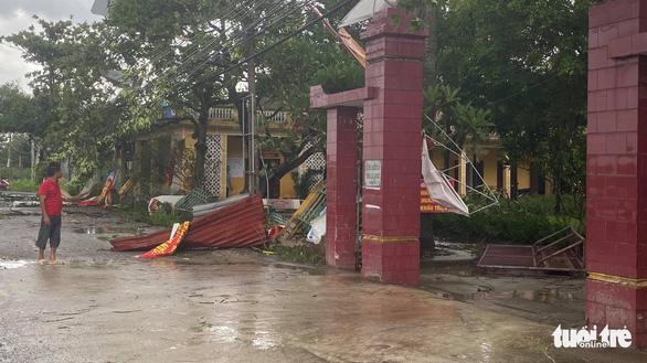 Lốc xoáy, hàng loạt nhà cửa tại Thái Bình tốc mái, cấp tốc ứng phó bão trước 18h chiều nay - Ảnh 1.