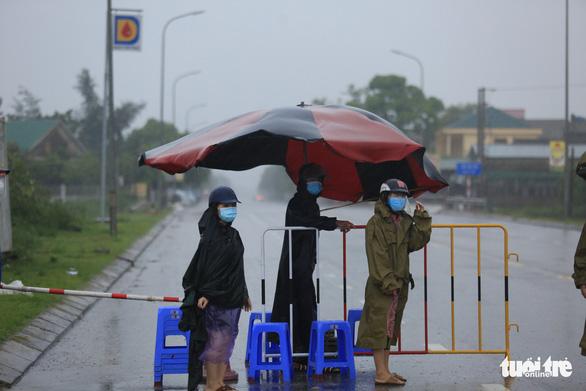 Hà Tĩnh mưa lớn do bão số 2, tuyến đầu chống dịch đội mưa trực chốt - Ảnh 3.