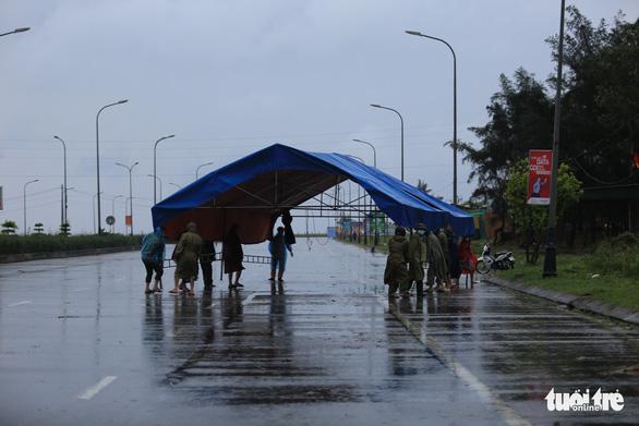 Hà Tĩnh mưa lớn do bão số 2, tuyến đầu chống dịch đội mưa trực chốt - Ảnh 5.