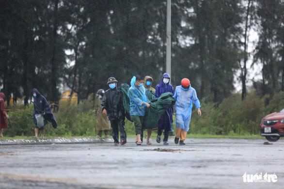 Hà Tĩnh mưa lớn do bão số 2, tuyến đầu chống dịch đội mưa trực chốt - Ảnh 4.