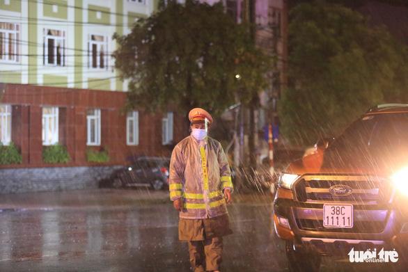 Hà Tĩnh mưa lớn do bão số 2, tuyến đầu chống dịch đội mưa trực chốt - Ảnh 6.