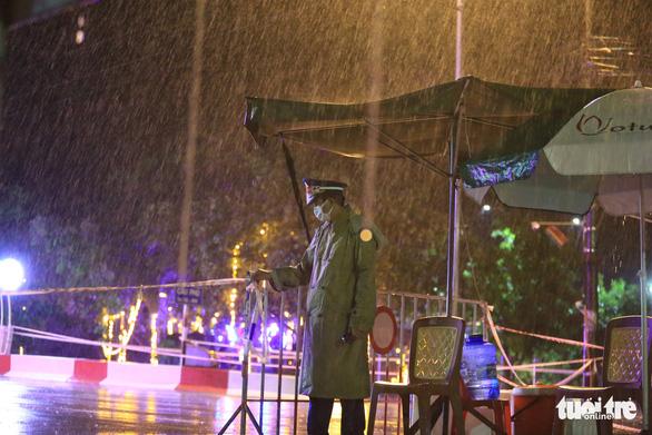 Hà Tĩnh mưa lớn do bão số 2, tuyến đầu chống dịch đội mưa trực chốt - Ảnh 7.