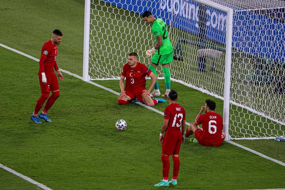 HLV, cầu thủ Thổ Nhĩ Kỳ xin lỗi người hâm mộ - Ảnh 1.