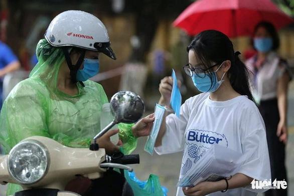 Hà Nội yêu cầu đảm bảo an toàn cho kỳ thi vào lớp 10 THPT trong bão số 2 - Ảnh 1.