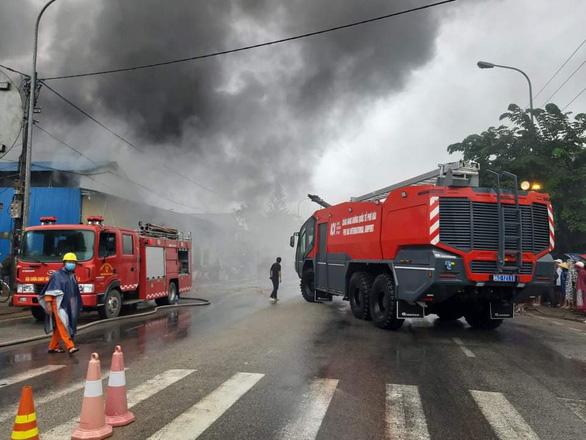 Cháy lớn kho phế liệu trong khu dân cư, di dời khẩn cấp hàng trăm người dân - Ảnh 1.