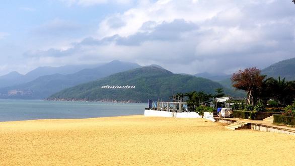 Bình Định kêu gọi không tụ tập đông người tắm biển Tết Đoan Ngọ - Ảnh 1.