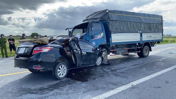 Vụ xe hơi và xe tải tông trực diện làm 3 người chết: Xe con lấn làn - Ảnh 2.