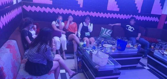 Bất chấp lệnh cấm, quán karaoke vẫn mở cho khách hát, sử dụng ma túy - Ảnh 1.