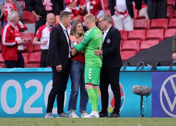 Eriksen mở mắt khi rời sân, UEFA xác nhận cầu thủ này đã ổn định - Ảnh 3.