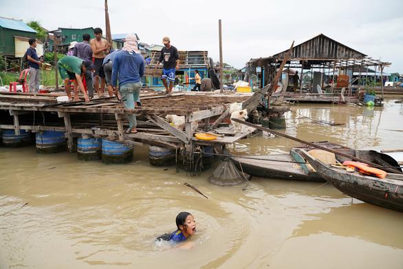 Người gốc Việt ở Campuchia bắt đầu di dời khỏi sông Tonle Sap - Ảnh 2.