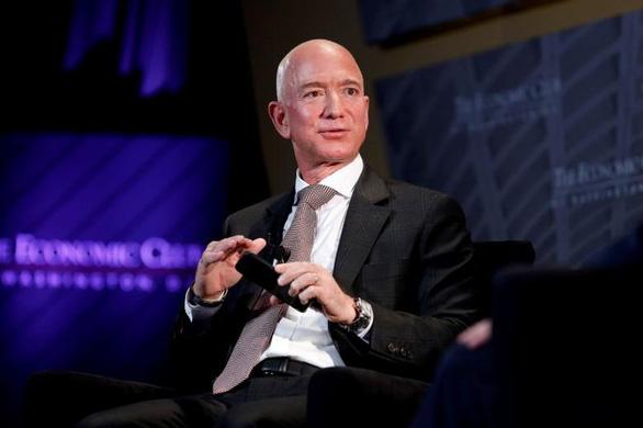Có người đã trả 28 triệu đôla để bay vào vũ trụ cùng Jeff Bezos - Ảnh 1.