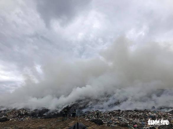 Cháy đỏ rực, khói đặc trời ở bãi rác lớn nhất Đà Nẵng - Ảnh 1.