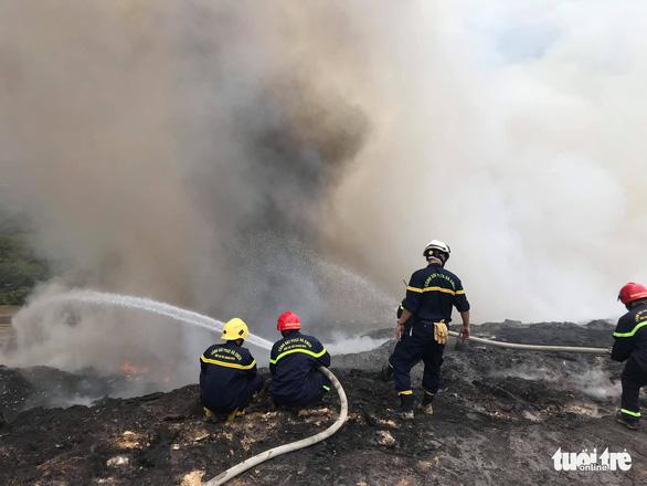 Cháy đỏ rực, khói đặc trời ở bãi rác lớn nhất Đà Nẵng - Ảnh 3.