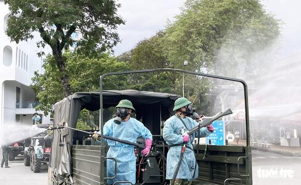 Quân đội điều xe chuyên dụng phun khử khuẩn Bệnh viện Bệnh Nhiệt đới TP.HCM - Ảnh 4.