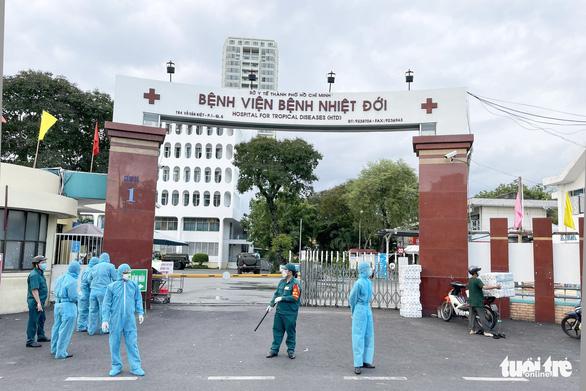 Quân đội điều xe chuyên dụng phun khử khuẩn Bệnh viện Bệnh Nhiệt đới TP.HCM - Ảnh 5.