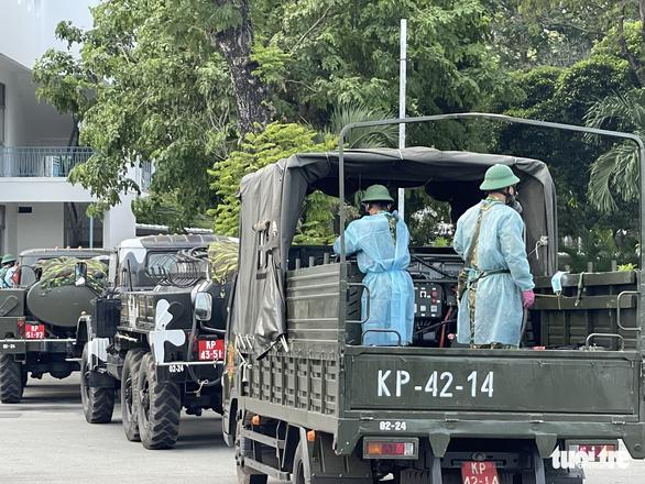 Quân đội điều xe chuyên dụng phun khử khuẩn Bệnh viện Bệnh Nhiệt đới TP.HCM - Ảnh 6.