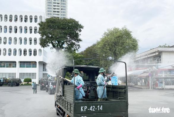 Quân đội điều xe chuyên dụng phun khử khuẩn Bệnh viện Bệnh Nhiệt đới TP.HCM - Ảnh 7.