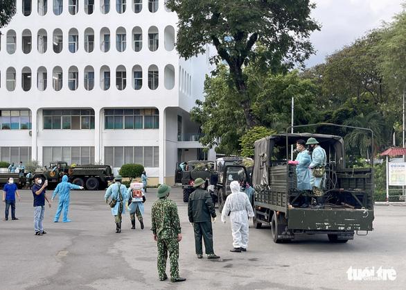 Quân đội điều xe chuyên dụng phun khử khuẩn Bệnh viện Bệnh Nhiệt đới TP.HCM - Ảnh 2.