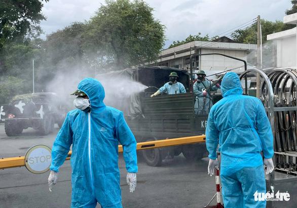 Quân đội điều xe chuyên dụng phun khử khuẩn Bệnh viện Bệnh Nhiệt đới TP.HCM - Ảnh 3.
