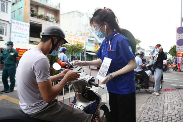 Khả năng cao nhân viên Bệnh viện Bệnh nhiệt đới nhiễm từ ngoài bệnh viện - Ảnh 2.