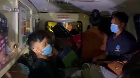 Xe cứu thương nhồi nhét 12 người từ Bắc Ninh về Sơn La để né chốt kiểm dịch - Ảnh 1.