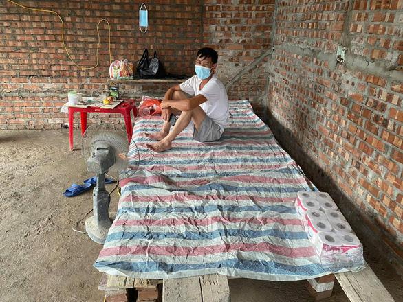 Thương bác thợ xây cách ly trong căn nhà xây dở, dân chung tay giúp đỡ - Ảnh 1.
