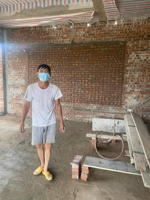 Thương bác thợ xây cách ly trong căn nhà xây dở, dân chung tay giúp đỡ - Ảnh 2.