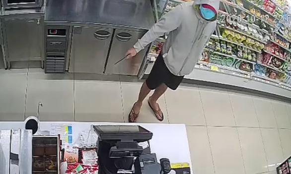 Truy xét kẻ đe dọa nhân viên cửa hàng tiện lợi cướp tiền - Ảnh 1.