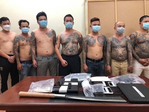 NÓNG: Hơn 100 cảnh sát bắt nhóm giang hồ điều hành cá độ 1.500 tỉ đồng - Ảnh 1.