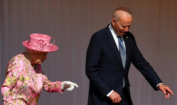 Dự tiệc trà với hoàng gia Anh xong, ông Biden nói nữ hoàng Anh giống mẹ mình - Ảnh 1.