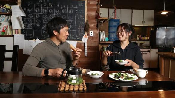 COVID-19 khiến lối sống tự cung tự cấp thành mốt ở Nhật - Ảnh 1.