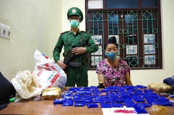 Bắt một phụ nữ giấu 12.000 viên ma túy tổng hợp trong bao gạo - Ảnh 1.