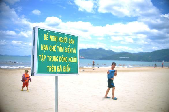 Bình Định cấm tắm biển, các cơ sở kinh doanh ăn uống dọc quốc lộ chỉ được bán mang đi - Ảnh 1.