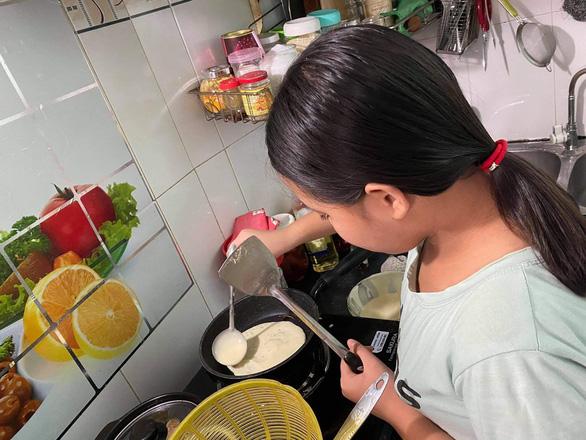 Nghỉ hè tại gia, trẻ lăn vào bếp làm mì Ý, trà sữa, học rửa chén, lau nhà - Ảnh 2.