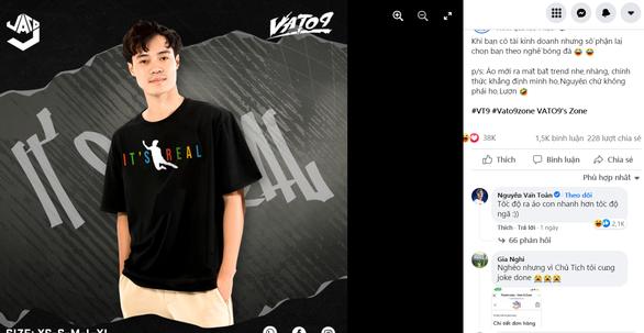 Ai tranh cãi cứ việc, Văn Toàn quảng cáo áo thun in hình cú ngã đắt giá, fan đòi mua rần rần - Ảnh 1.