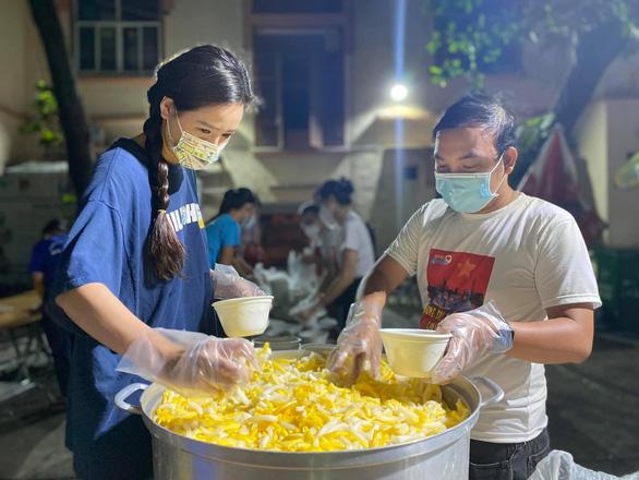 Mai Phương Thúy nấu ăn sáng cho y bác sĩ Bệnh viện Bệnh nhiệt đới - Ảnh 5.