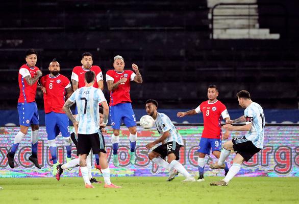 Messi sút phạt siêu đẳng mở tỉ số, Argentina vẫn bị cầm hòa ngày ra quân - Ảnh 1.