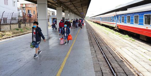 Chạy lại 2 đoàn tàu khách SE3, SE4 tuyến đường sắt Hà Nội - TP.HCM - Ảnh 1.