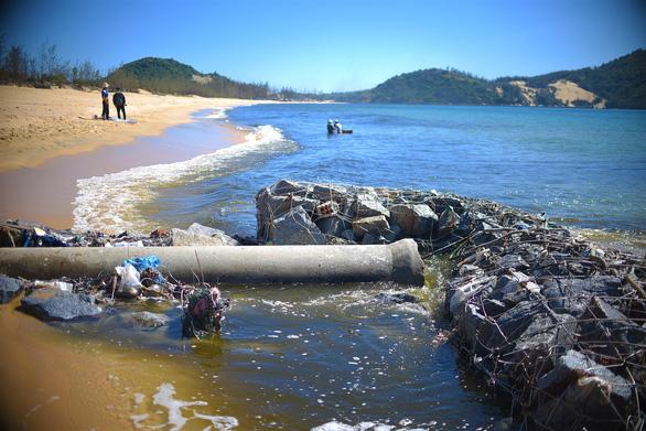 Doanh nghiệp nuôi tôm xả thải đen cả một vùng biển, địa phương nói không biết - Ảnh 2.