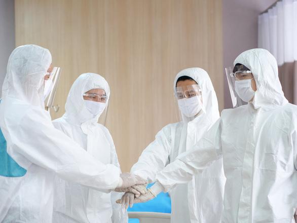 Tặng học bổng 50 tỉ đồng cho con y, bác sĩ điều trị bệnh nhân COVID-19 - Ảnh 1.
